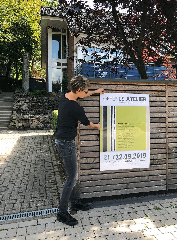 Vorbereitungen für das offene Atelier   Anbringung der Außenwerbung