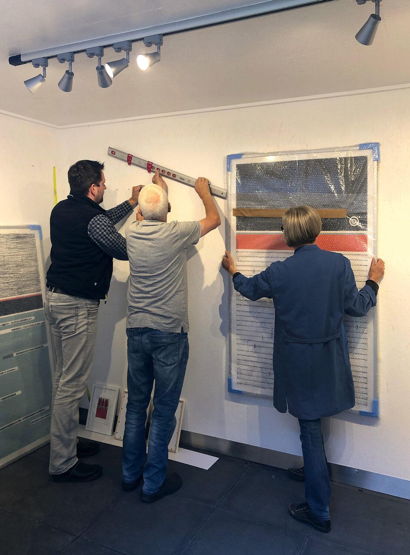 Vorbereitungen für das offene Atelier   helfende Hände beim Ausstellungsaufbau 1
