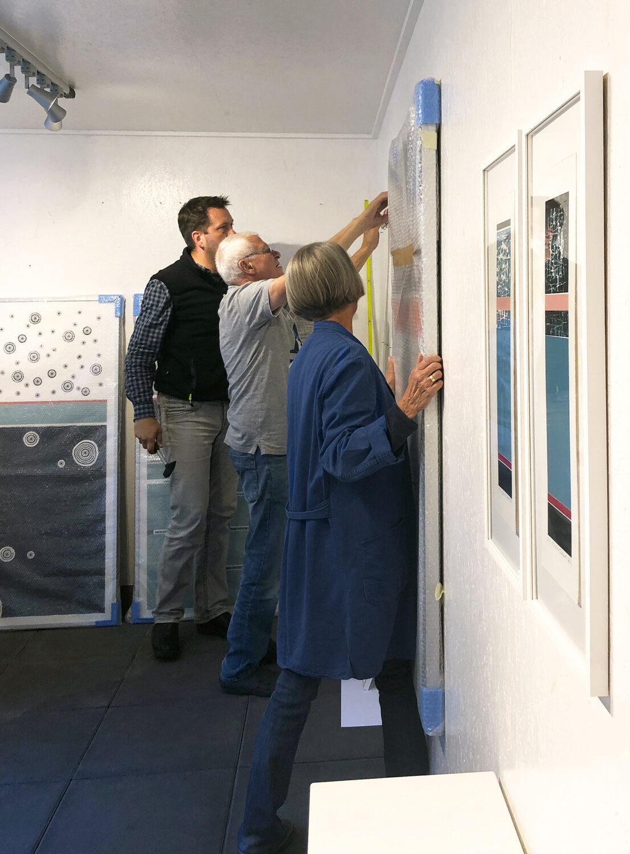 Vorbereitungen für das offene Atelier   helfende Hände beim Ausstellungsaufbau 2