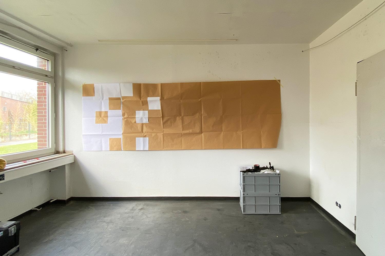 Ausstellungsaufbau   Platzhalterschablone aus Papier zur Bestimmung der exakten Position der 60 Bildteile