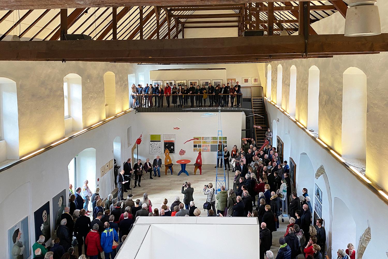 Eröffnung der Jubiläumsausstellung   Blick von oben in die gut besuchte Ausstellungshalle