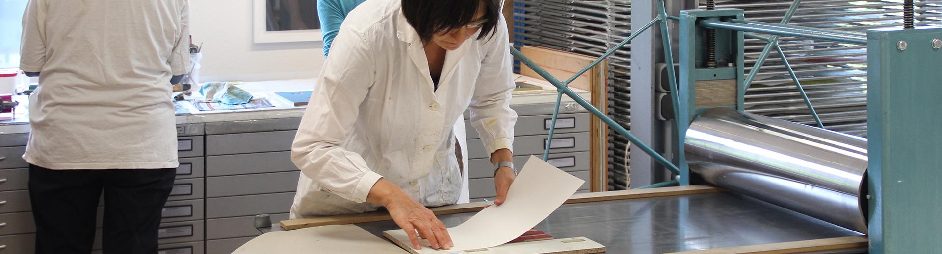 Workshops | Atelier Sauer Ibbenbüren | Kursteilnehmerin beim Drucken