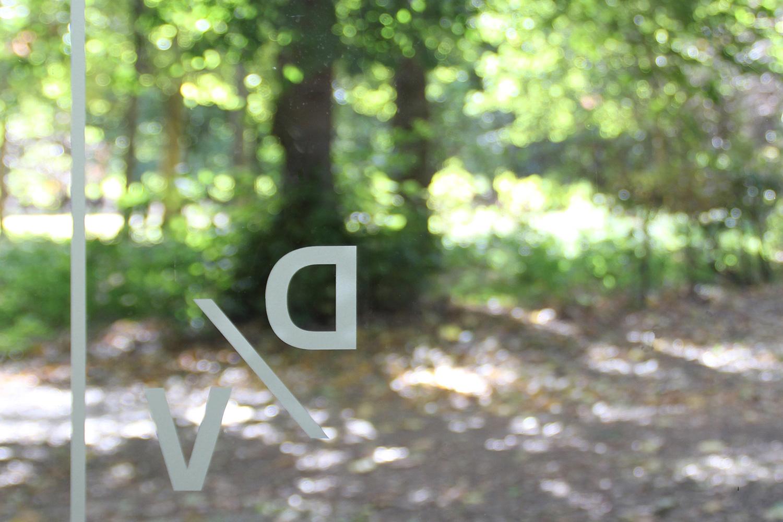 Druckwerkstatt Kloster Bentlage | DV-Logo auf Eingangstür