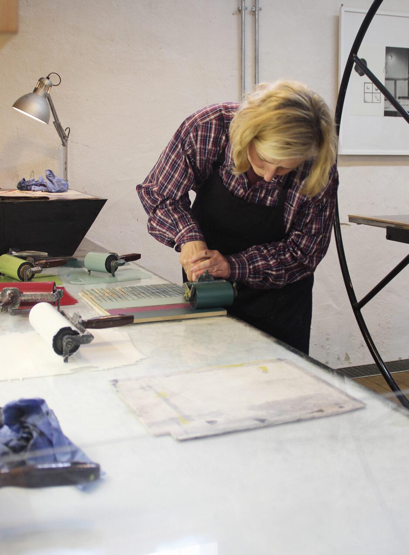 Druckwerkstatt Kloster Bentlage | Kursteilnehmerin beim Einfärben der Druckplatte