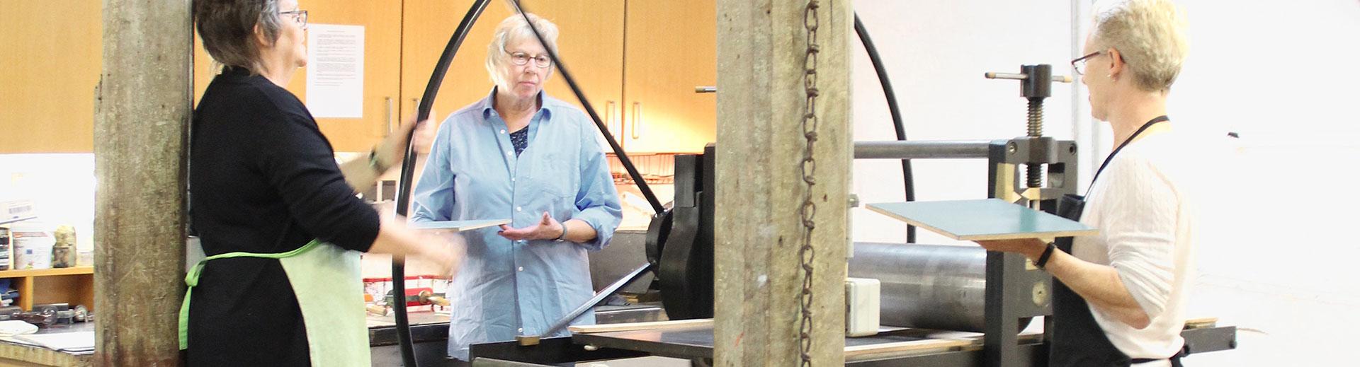 Workshop – Kloster Bentlage | Rheine: Werkstattimpression [Workshopteilnehmer an der Druckpresse]