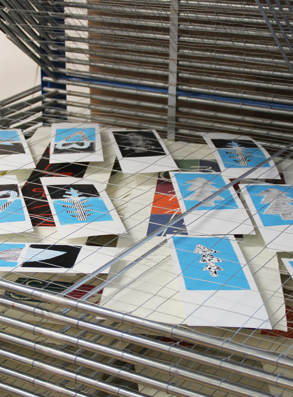 Blick ins Trockegestell | gedruckte Karten [Schablonendruckverfahren]