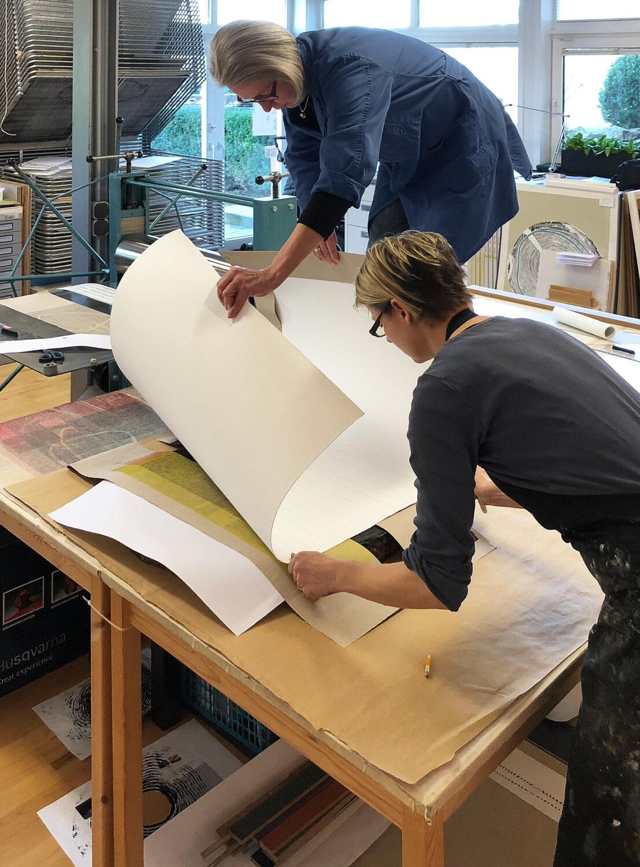 Arbeitsprozess   Hilfestellung beim Drucken   Handabzug auf großformatigem Büttenpapier