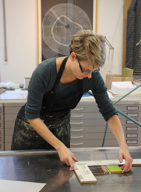 Druckvorgang   Ausrichten der Druckplatten in der Anlage