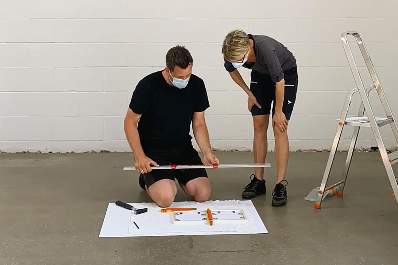 Arbeitsprozess   Hilfestellung beim Ausstellungsaufbau