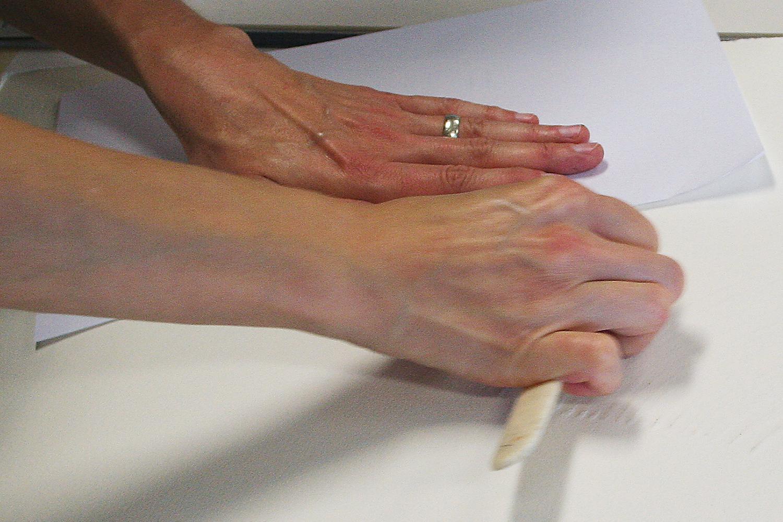 Druckvorgang   Handabzug mittels Falzbein